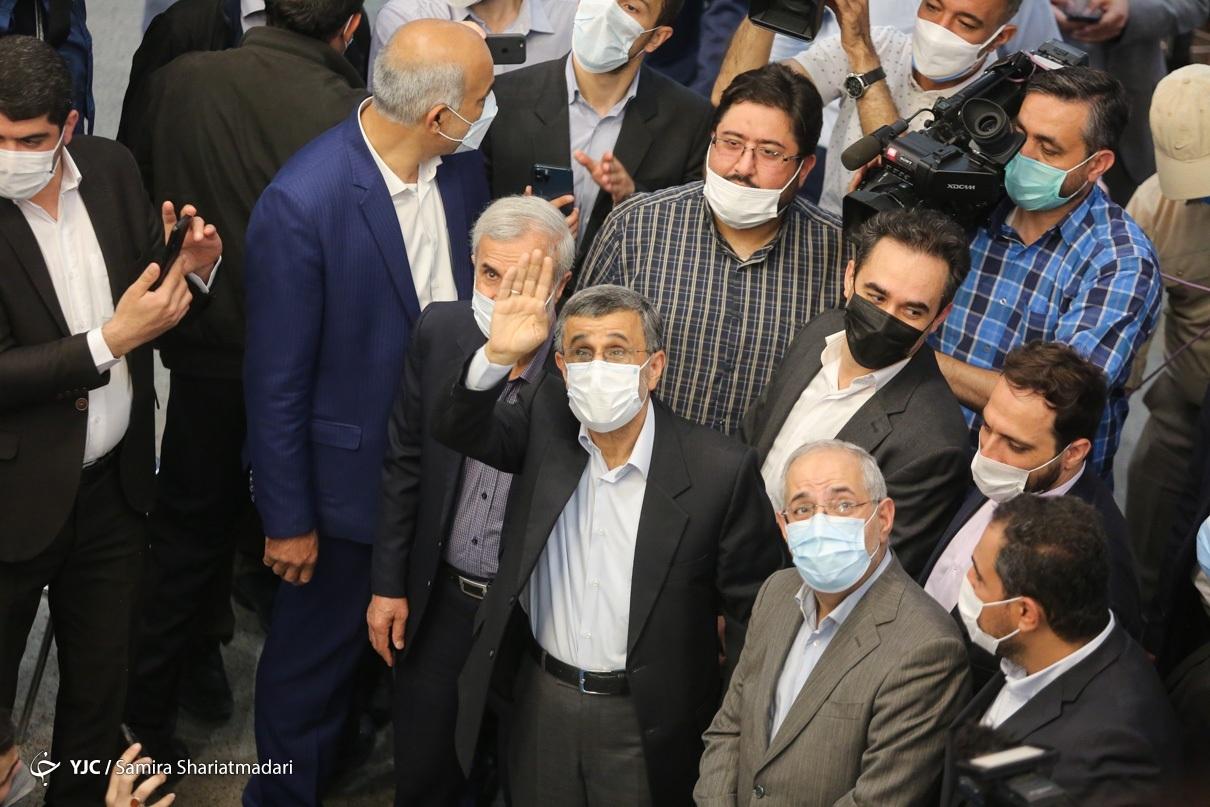 عکس/ حواشی حضور دکتر احمدی نژاد در ستاد انتخابات کشور
