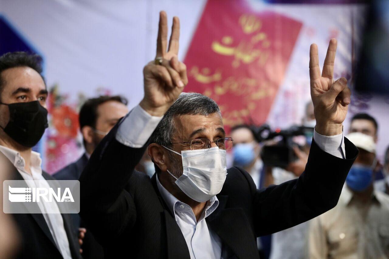 احمدینژاد با توپ پُر آمد