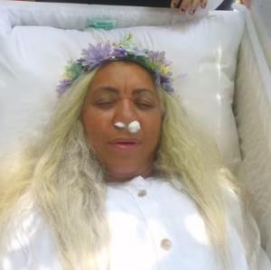 زنِ زنده برای خود مراسم تشییع برگزار کرد!