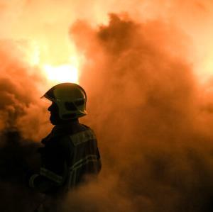 آتش سوزی گسترده در یک روستا؛ آتش نشانان در محاصره آتش