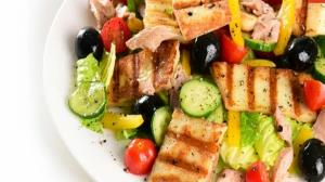 طرز تهیه سالاد تن ماهی و پنیر کبابی؛ یک وعده مقوی و سالم