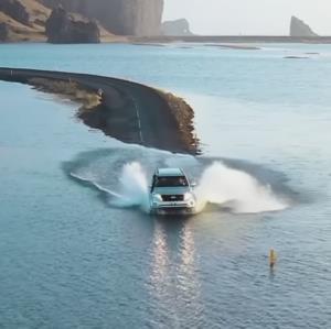 لذت وصف نشدنی رانندگی در مرز جاده و دریا