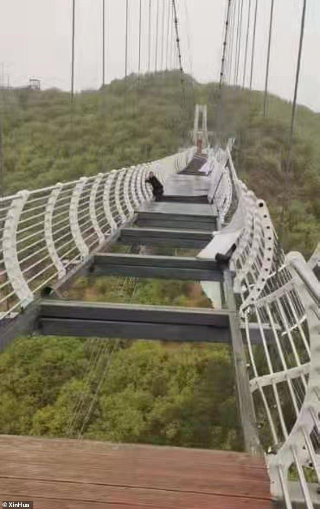 آویزان ماندن توریست از پل شیشه ای معروف چین!