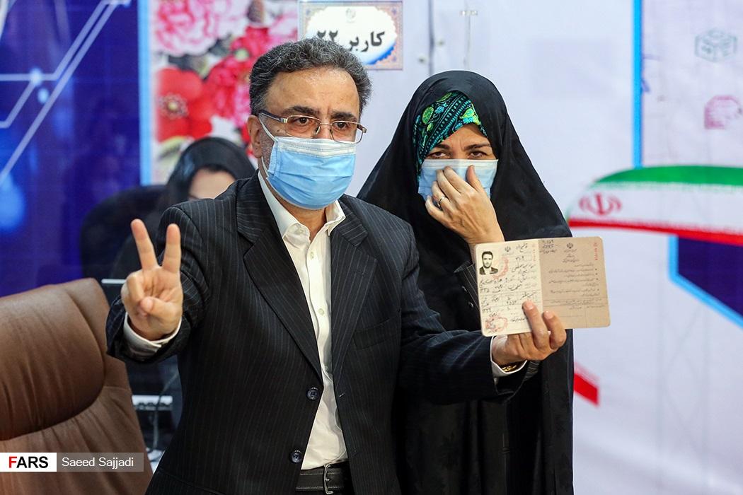 عکس/ ژست پیروزی تاج زاده پس از ثبت نام در انتخابات