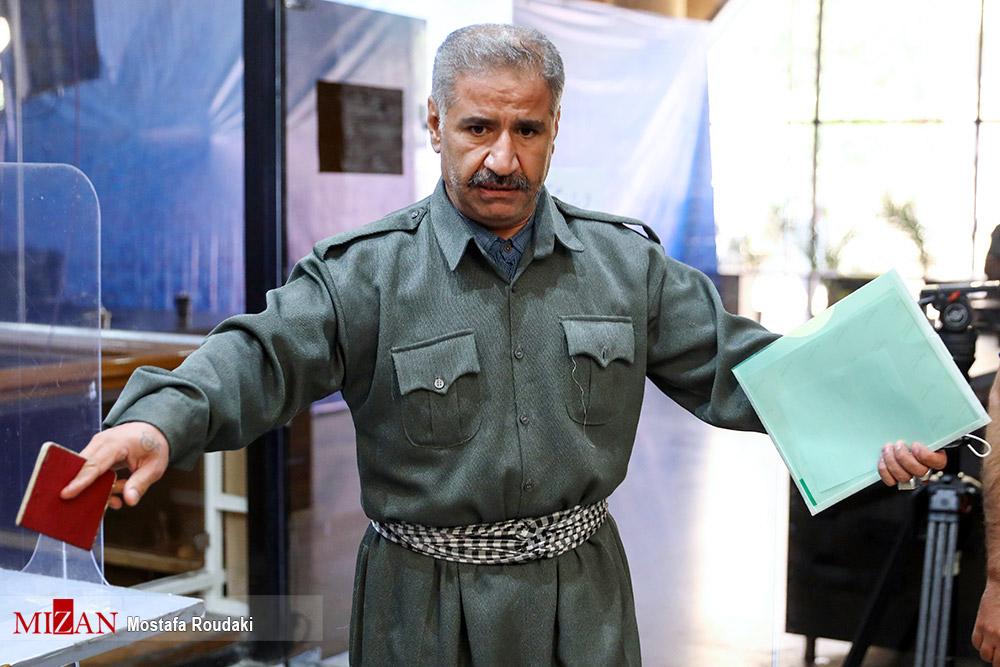 عکس/ داوطلبی که با لباس کردی به ستاد انتخابات آمد