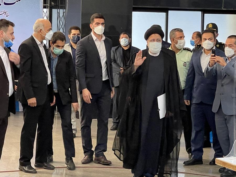 عکس/ لحظه ورود سید ابراهیم رئیسی به ستاد انتخابات کشور