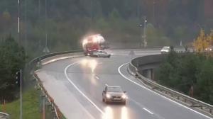 سقوط تریلی حامل بنزین از روی پل