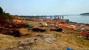 رهاکردن جنازه بیماران کرونایی در حریم رودخانه های هند!