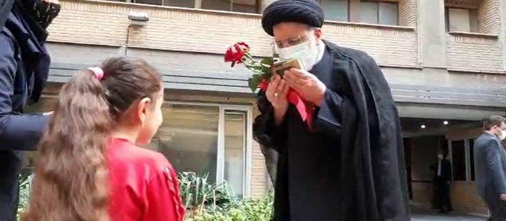 عکس/ استقبال دختر شهید مدافع حرم از رئیسی در آستانه ورود به وزارت کشور