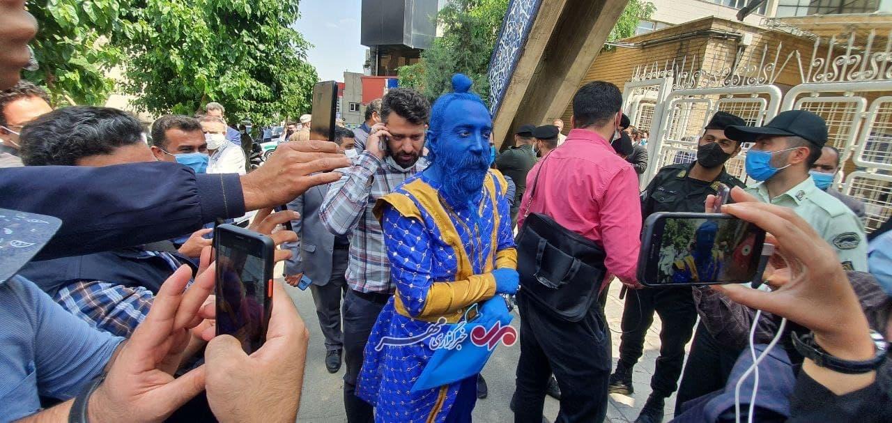 عکس/ حضور فردی خاص با شکل و شمایل عجیب در بیرون از ستاد انتخابات کشور!