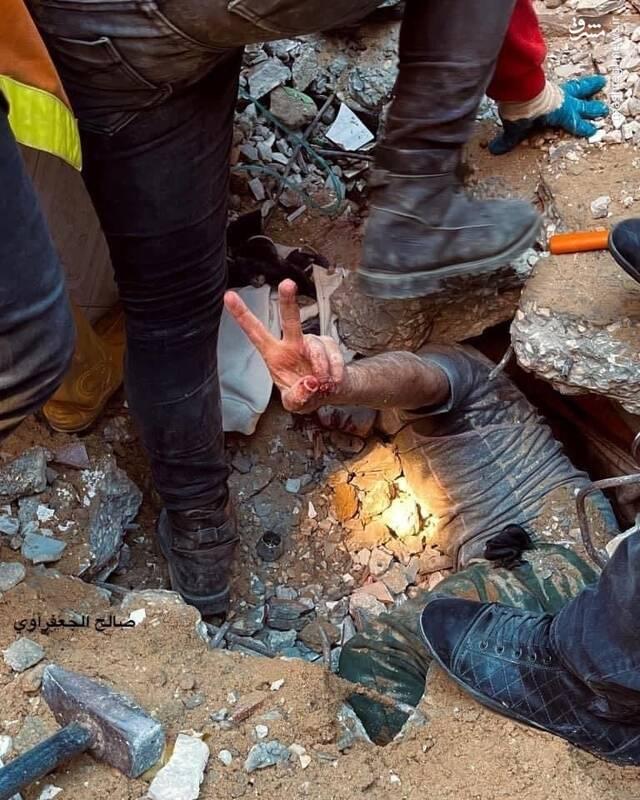 عکس/ علامت پیروزی یک فلسطینی از زیر آوارها