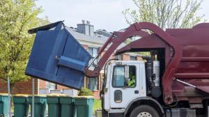 خواب ابدی نوجوان بی خانمان در سطل زباله شهری!