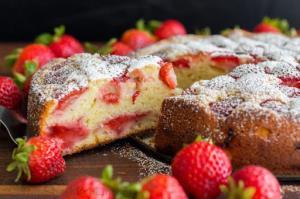 «کیک توت فرنگی» خوشمزه و پفدار برای یک عصر بهاری