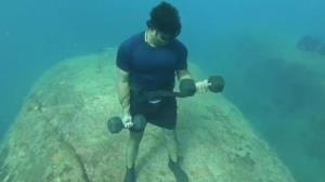 ورزش کردن غواص هندوستانی در اعماق دریا!
