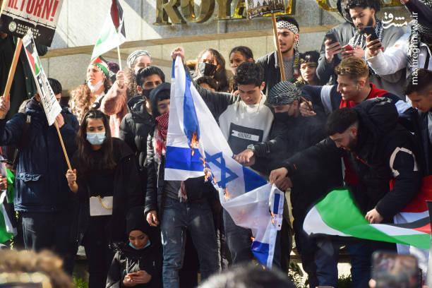 آتش زدن پرچم اسرائیل در خیابانهای انگلیس