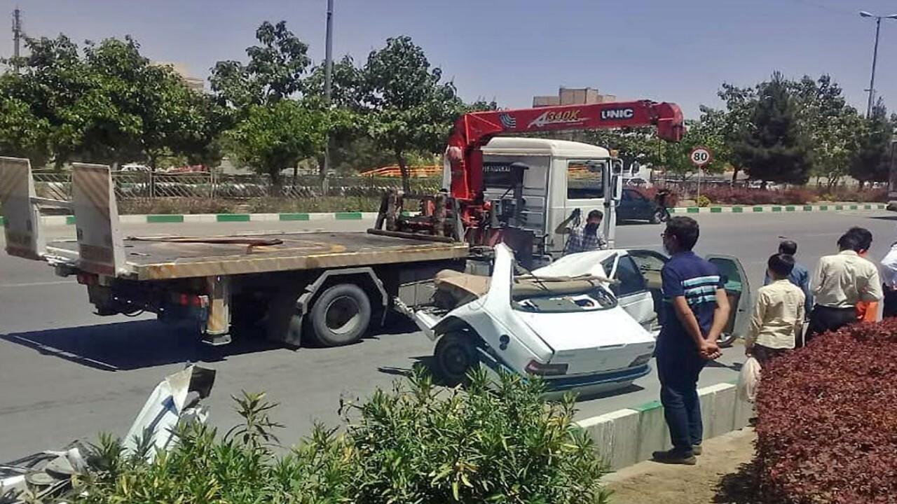 دو نیم شدن پژوه ۴۰۵ در تصادف بزرگراه بسیج مشهد