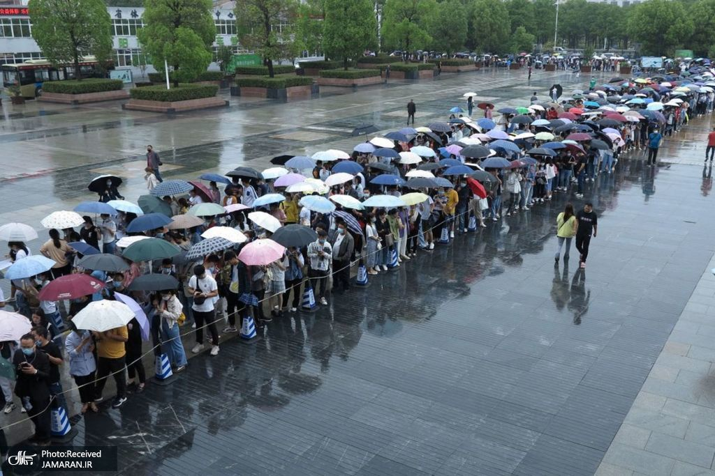 مردم زیر باران و در صف برای واکسیناسیون کرونا در چین