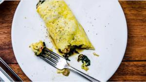 طرز تهیه املت سوسیس با پنیر؛ یک صبحانه کامل و مقوی