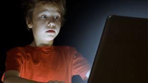 فیلمهای مستهجن چه تاثیری بر کودکان میگذارد؟