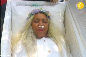 زنی که برای خودش مراسم تشییع جنازه برگزار کرد!