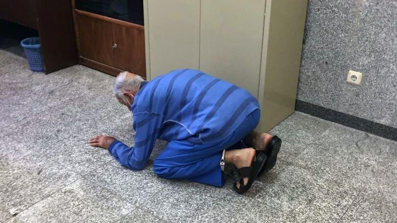 عکس/ لحظه شکرگزاری پدر «بابک خرمدین» به خاطر قتل پسرش!