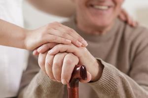 دلایل لرزش دست در سالمندان