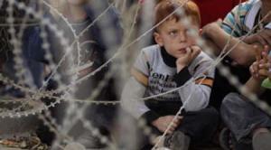 ویدئویی تاثیر گذار از تلاش بچهها برای آرام کردن قلب کودکی که ترسیده است