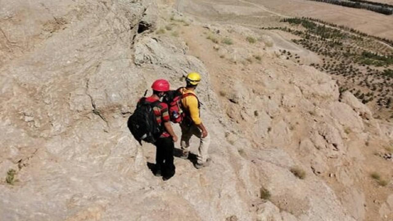 گرفتار شدن جوان ۱۷ ساله در کوه صفه اصفهان