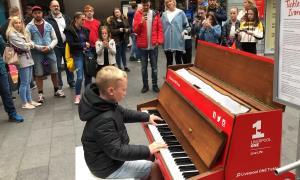 تکنوازی نوجوان پیانیست که رهگذران را مجذوب هنر خود می کند