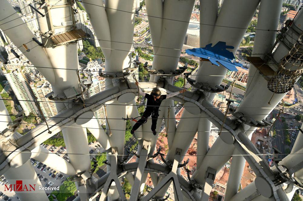 پیاده روی با طناب روی بلندترین برج تلویزیونی در چین