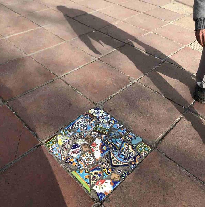 ترمیم سنگ فرش پیاده رو با کاشی های رنگی