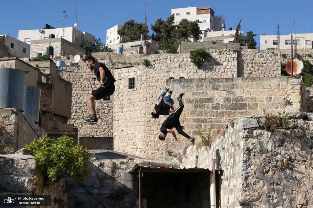جوانان پارکورباز فلسطینی در شهر الخلیل در کرانه باختری