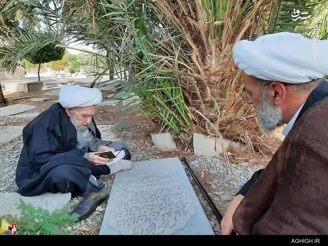 آیت الله ناصری بر سر مزار پدر بزرگ خود در تخت فولاد اصفهان