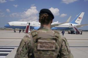 فرود اضطراری هواپیمای معاون رئیس جمهور آمریکا
