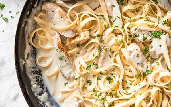 طرز تهیه پاستا ایتالیایی با مرغ و سس سفید