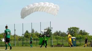 فرود چترباز در زمین فوتبال و واکنش جالب داور