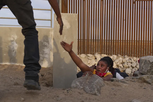 یک پناهجو در حال ورود از مرز آریزونا به ایالات متحده آمریکا