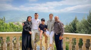چهرهها/ تعطیلات علی علیپور و خانواده در جنگل های رامیان