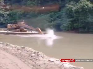 خلاقیت راننده بیل مکانیکی برای جا به جایی روی آب
