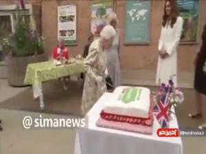 اصرار ملکه انگلیس برای بریدن کیک با شمشیر برعکس
