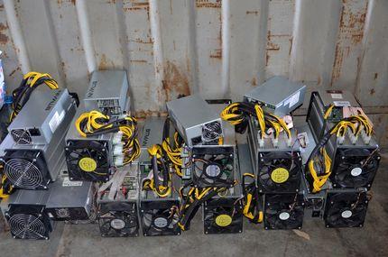 کشف ۱۱ دستگاه استخراج ارز دیجیتال قاچاق در بندرخمیر