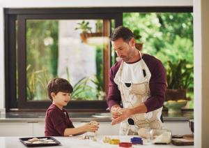 لذت آشپزی با کودکان؛ چگونه با بچهها آشپزی کنیم؟