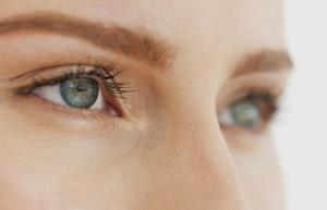 آیا استفاده از لنز تماسی بیخطر است؟
