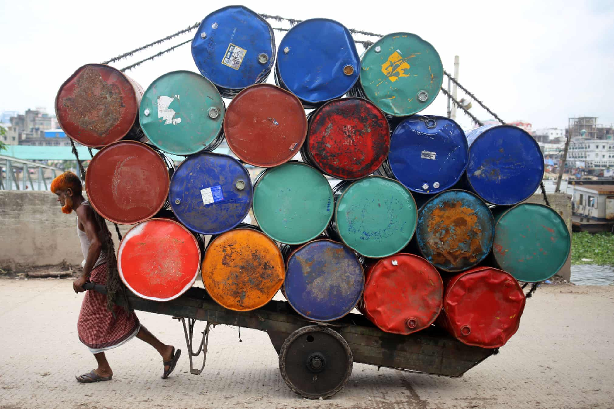 حمل انبوه بشکه های نفت در شهر داکا بنگلادش