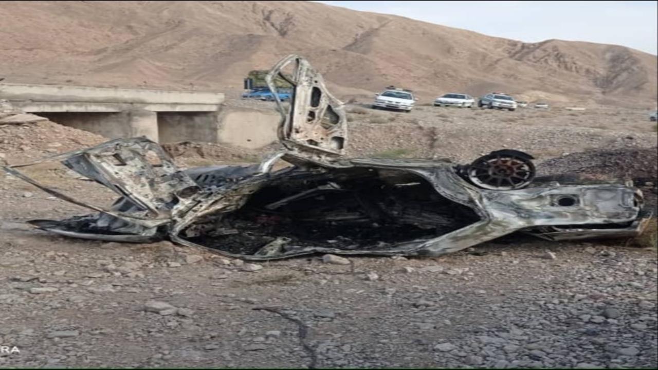 یک دستگاه پژو پارس در محور بم-کرمان طعمه حریق شد