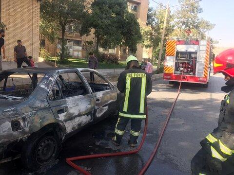 آتشسوزی ناگهانی خودرو متوقفشده در شیراز
