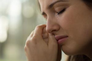 به خاطر دوری از پسرم بعد از طلاق فقط اشک میریزم