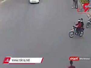 لحظه تصادف دردناک مرد موتورسوار با پراید