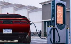 دوج برای غلبه بر تسلا مدل S پلاد روی چلنجر الکتریکی کار میکند