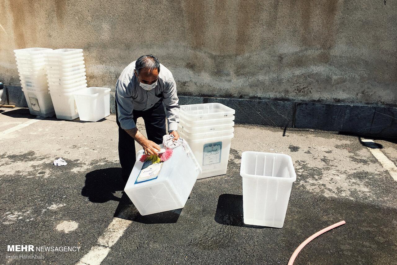 عکس/ شستشوی صندوق های اخذ رای در همدان